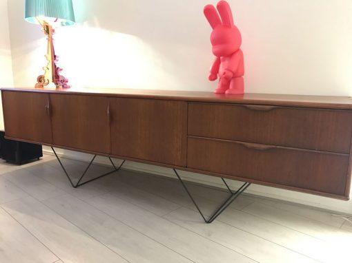 2 pieds triangle création meuble enfilade DESIGN ACIER