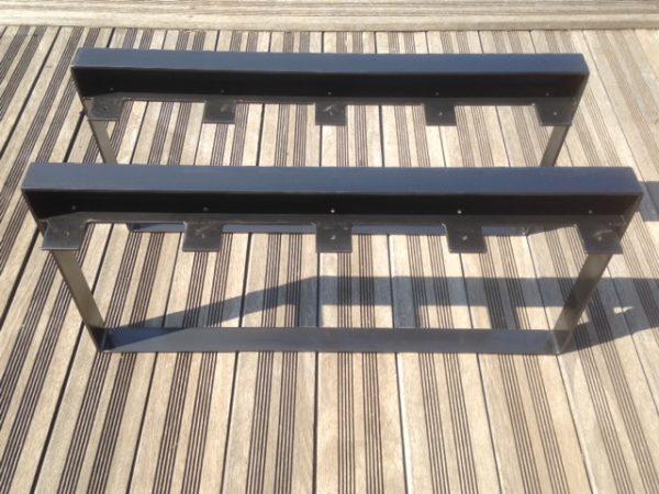 2 pieds table basse en acier tôlé vus de dessus