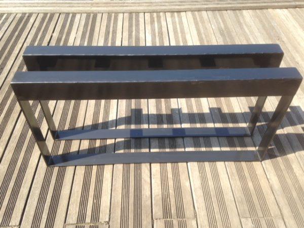 2 pieds table basse en acier tôlé vus de dos